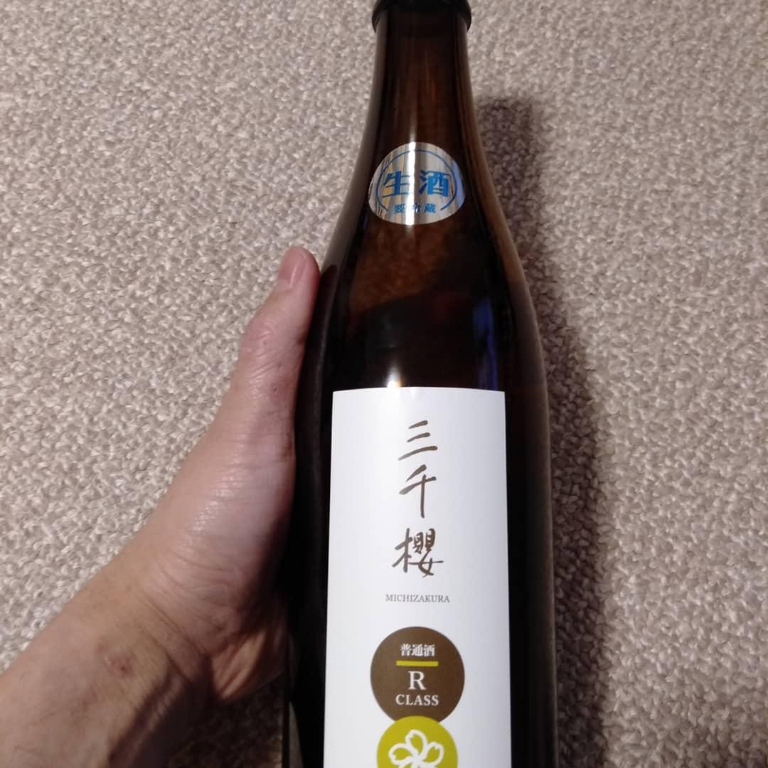 test ツイッターメディア - 岐阜県から北海道へ移転して来た三千櫻酒造さんのお酒! 今回は普通酒なんですが4合瓶で なんとお値段が1150円!安すぎ! うえ田舎さんから購入させていただきました! いただきましたが飲みやすい。口当たりが柔らかいし後味もすっきりです!この値段でこの旨さはビックリだなー! #うえ田舎 #三千櫻 https://t.co/nnUClpcXpi