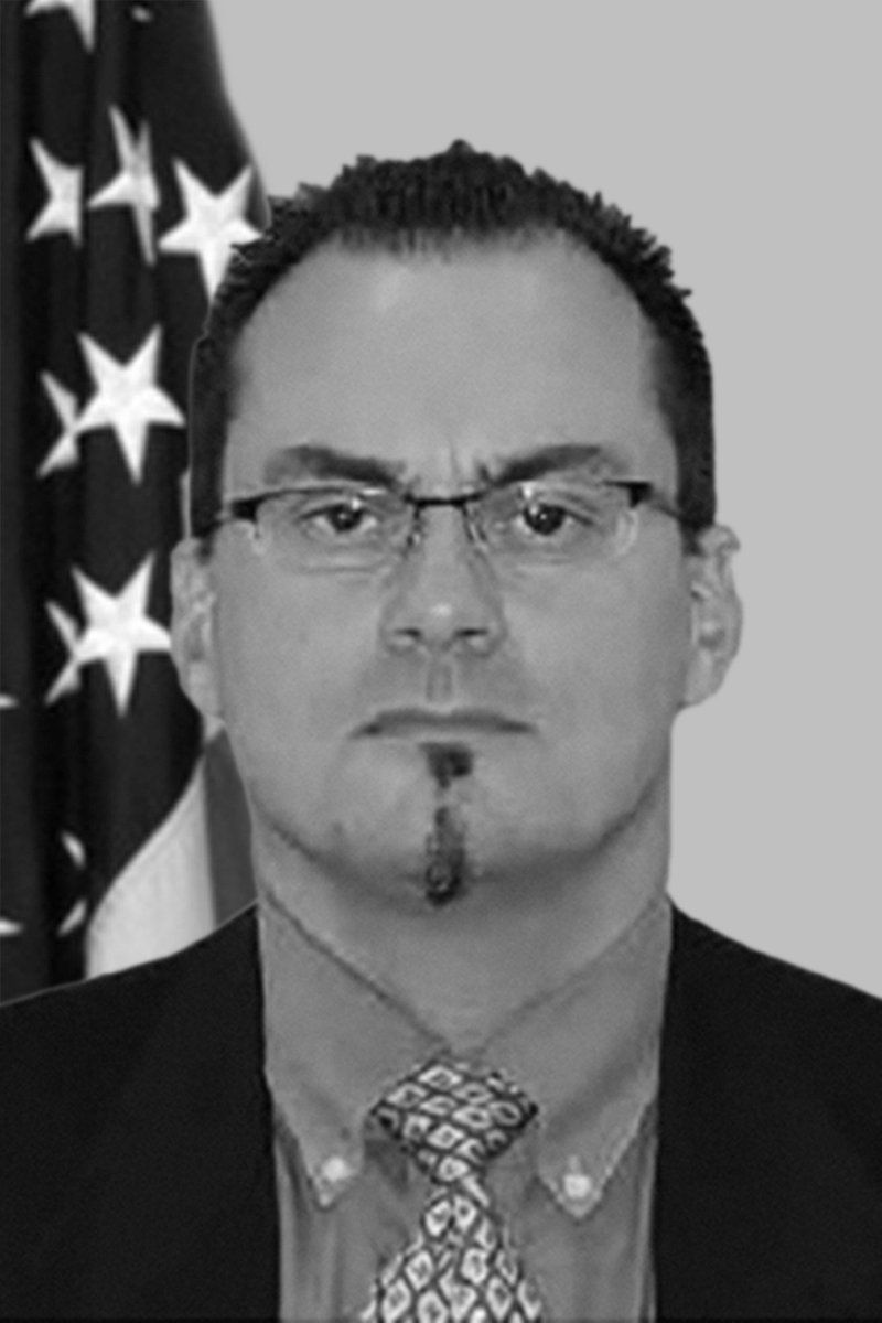 This week, the #FBI remembers Special Agent Mark Mikulski, who responded to the American Airlines Flight 77 crash at the Pentagon on 9/11. He was diagnosed with multiple myeloma as a result of his response & succumbed to the disease in 2014. #WallofHonor #NeverForget