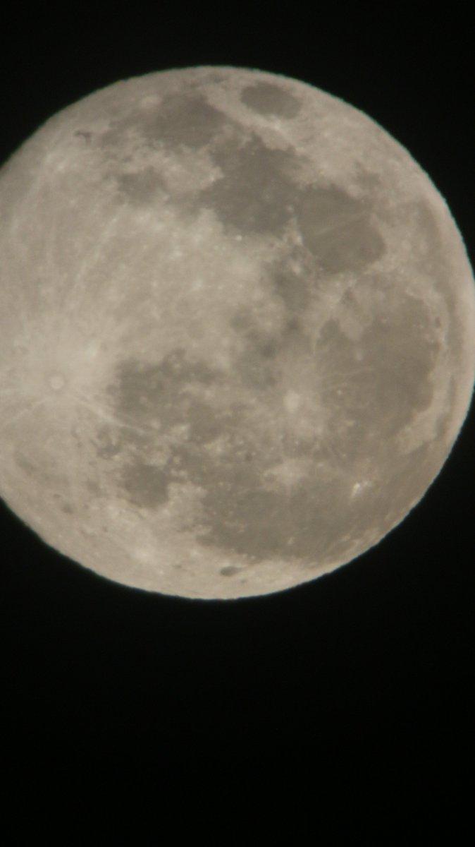 test ツイッターメディア - 帰宅時 余りに月がキレイだったので 数ヶ月前にとある中古屋さんで一葉でお釣り付きの望遠鏡を初めて出してみた。  結果 まず 中心に捉えることが大変w 倍率が微妙ですw  中秋の名月までには 捉えれるようにがんばります😰  #特にスーパームーンとかではありません #ハードオフ https://t.co/5ItUNhZQ2r