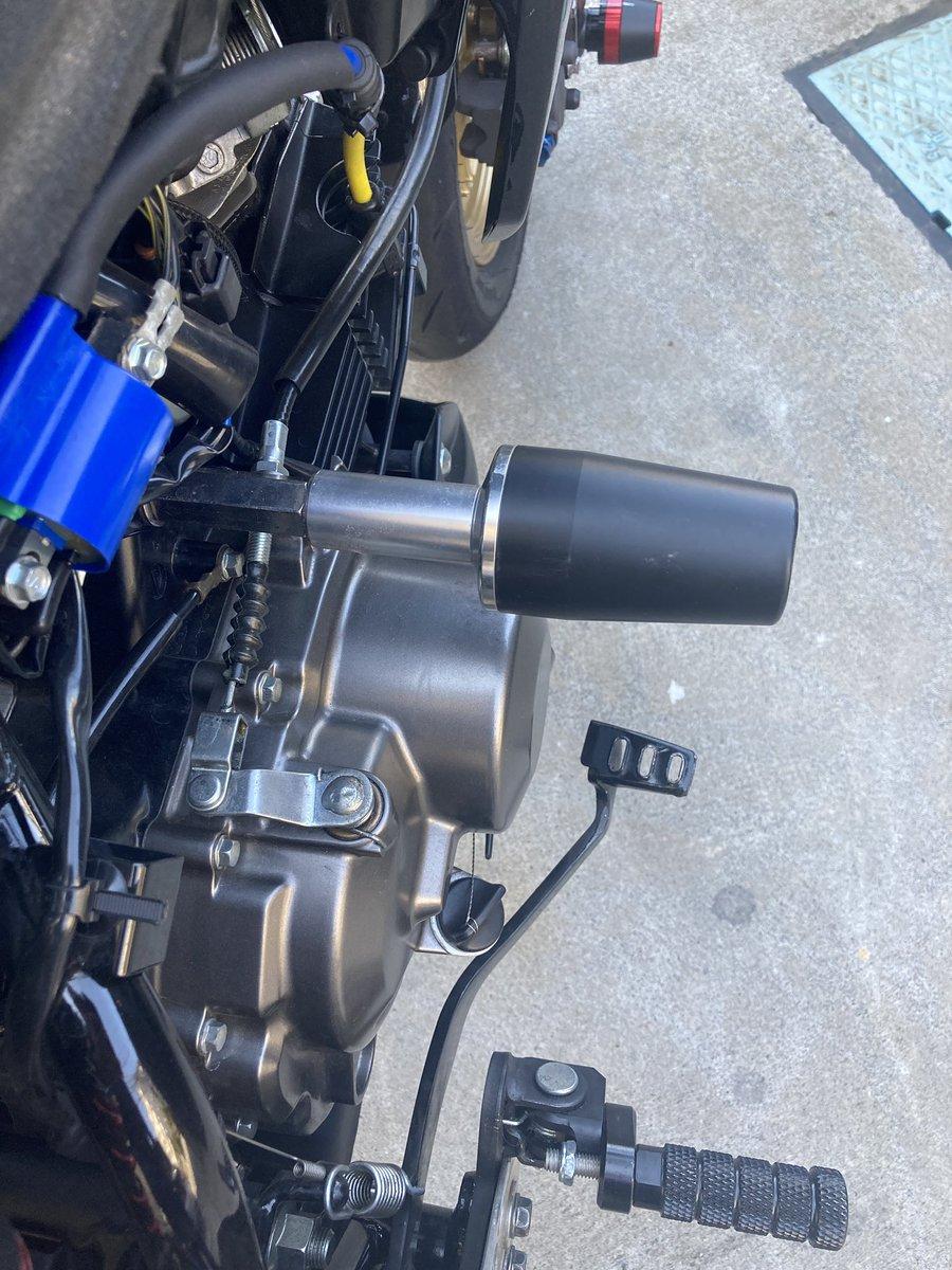 test ツイッターメディア - 【バイク無駄知識速報】 向かって左がガードとかプロテクターとか呼ばれる物(ジュラコン製)。右がスライダーとか呼ばれる物(材質はカッチカチ)。  スライダーは文字通りバイクを滑らせる物なのでズッコケるとバイクが止まらなくなるかも。  被害が拡大すると困るのでガードに交換するよ☺️ #z125pro https://t.co/Eply6UQRMP