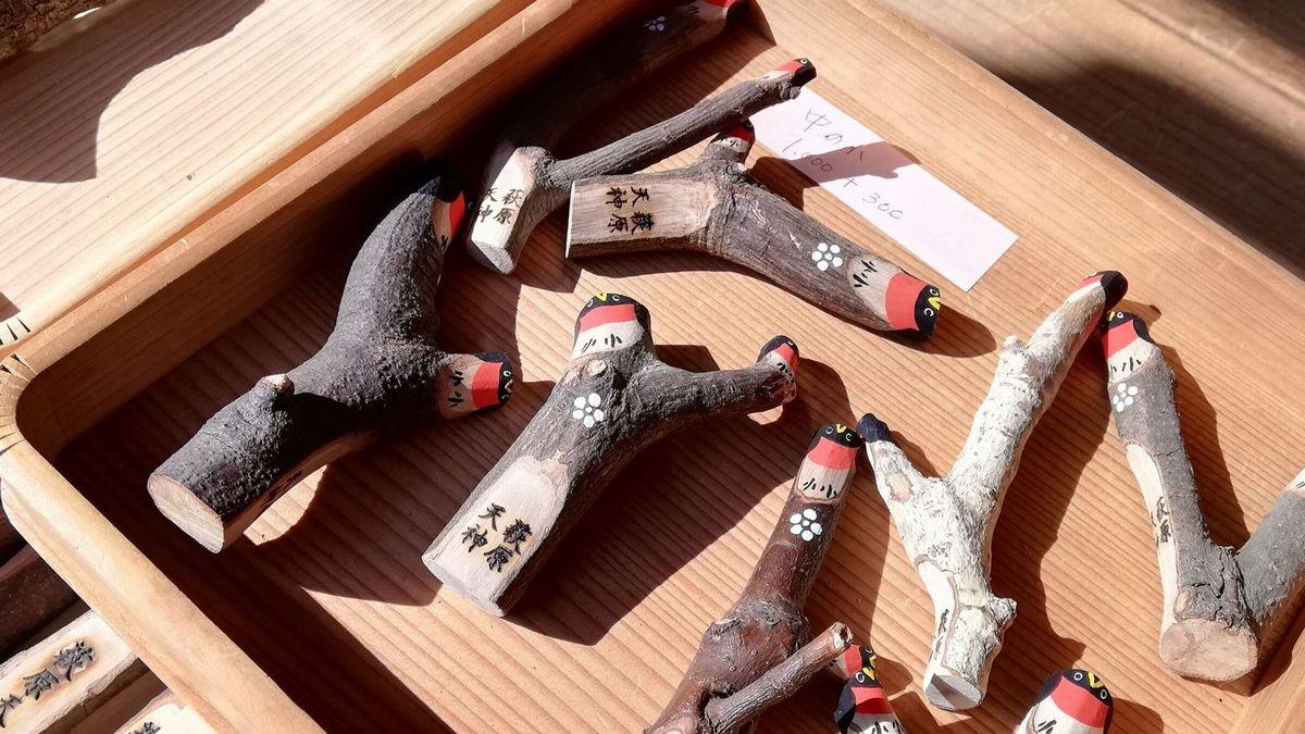 test ツイッターメディア - さる2月25日、大阪府堺市の萩原神社に木鷽を買いに行ってきました。平成30年台風21号による被害がきっかけで、2019年より「素人の手作りで」木鷽頒布を始めたとのことですが、もう、ホントーにかわいい木鷽たちでした。  萩原天神に木鷽を買いに行く(1) – コトリ1号ブログ https://t.co/1sBLR2kfla https://t.co/2fWeps6yYK