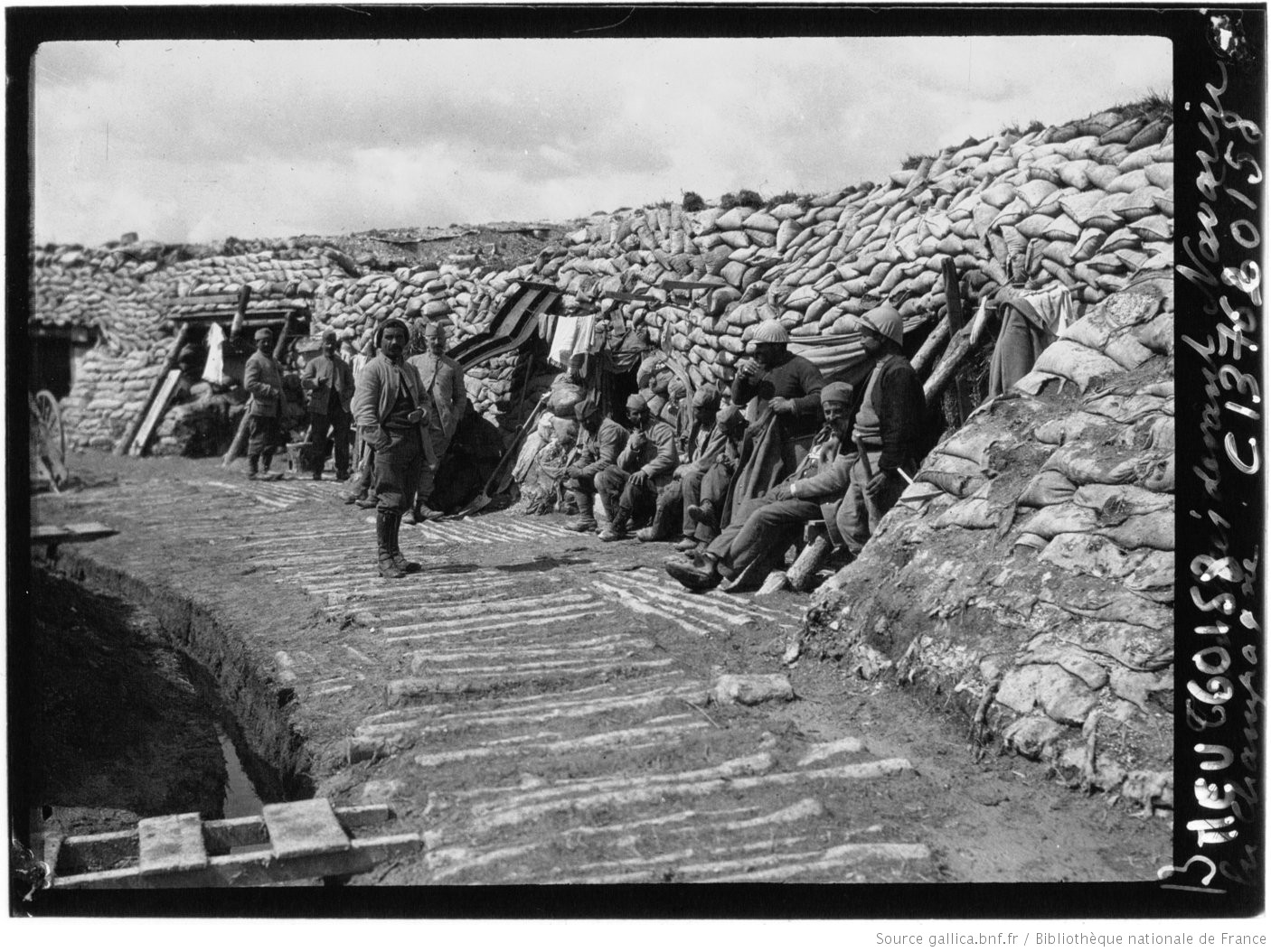 In the trenches in front of Navarin Farm in the Champagne, May 1916. #WW1 #1GM #Poilu https://t.co/vGeiDEAFhD