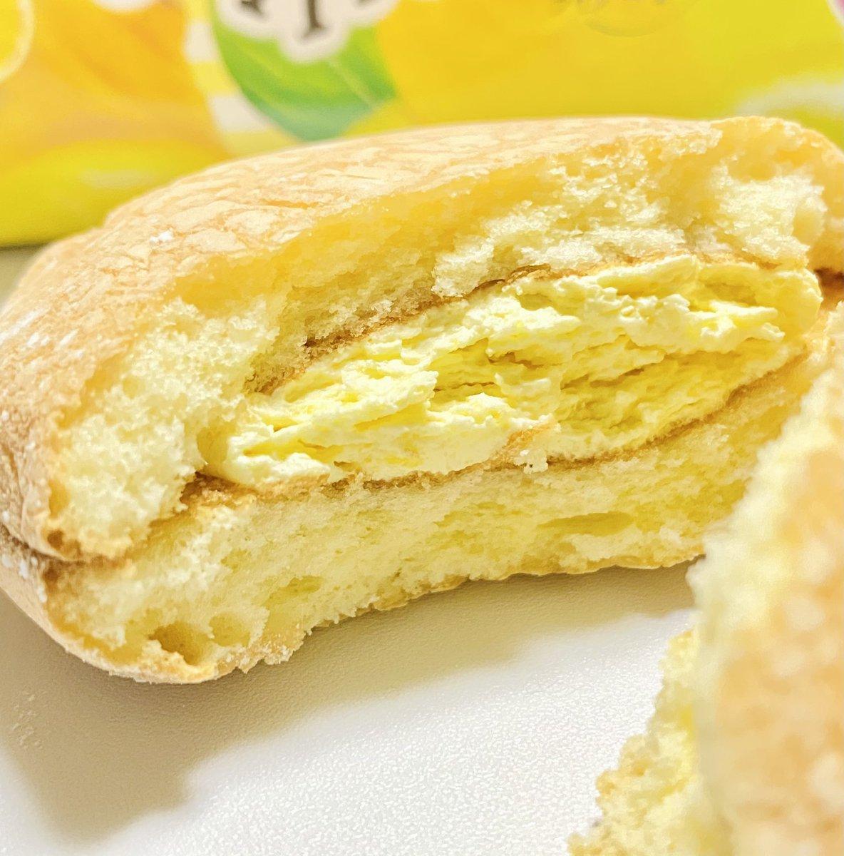 test ツイッターメディア - 今日のおやつは…亀屋万年堂さんから昨日お土産にいただきました「ナボナロングライフ レモン」🍋✨  かわいいパッケージに、食べる前からキュン💕 口の中にふわっと広がる、レモンの優しい酸味と香り。 もう最高!メッチャ美味しい!! #ナボナ #期間限定 #レモン #公式おやつ部 https://t.co/GbsSptfRCD