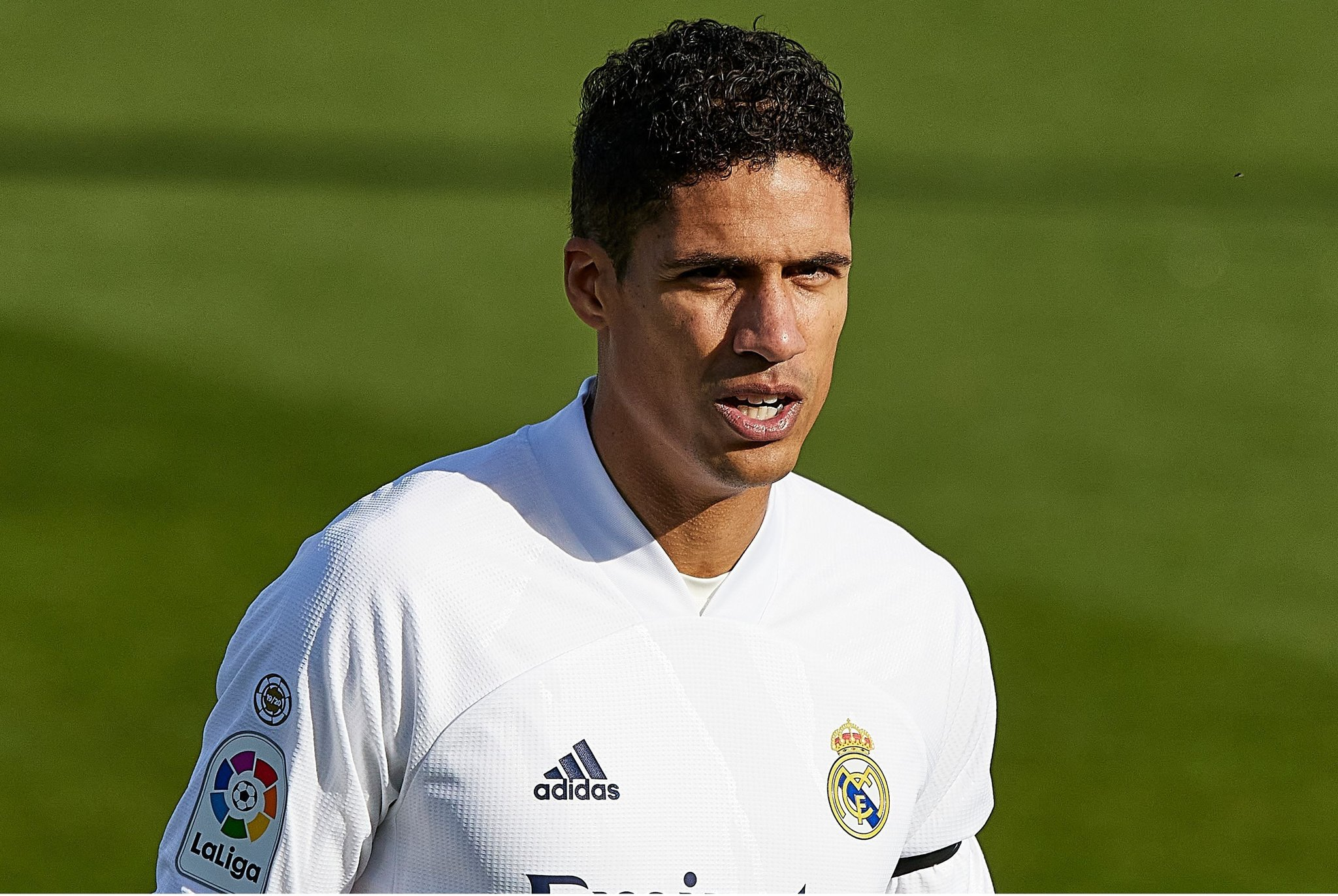 Manchester United are eyeing a summer 'bargain' move for Raphaël Varane. Real Madrid would be willing to sell the defender for around £60m, but United want to drive that figure down. (Source: Daily Mail) https://t.co/lZqpgx1Mv6