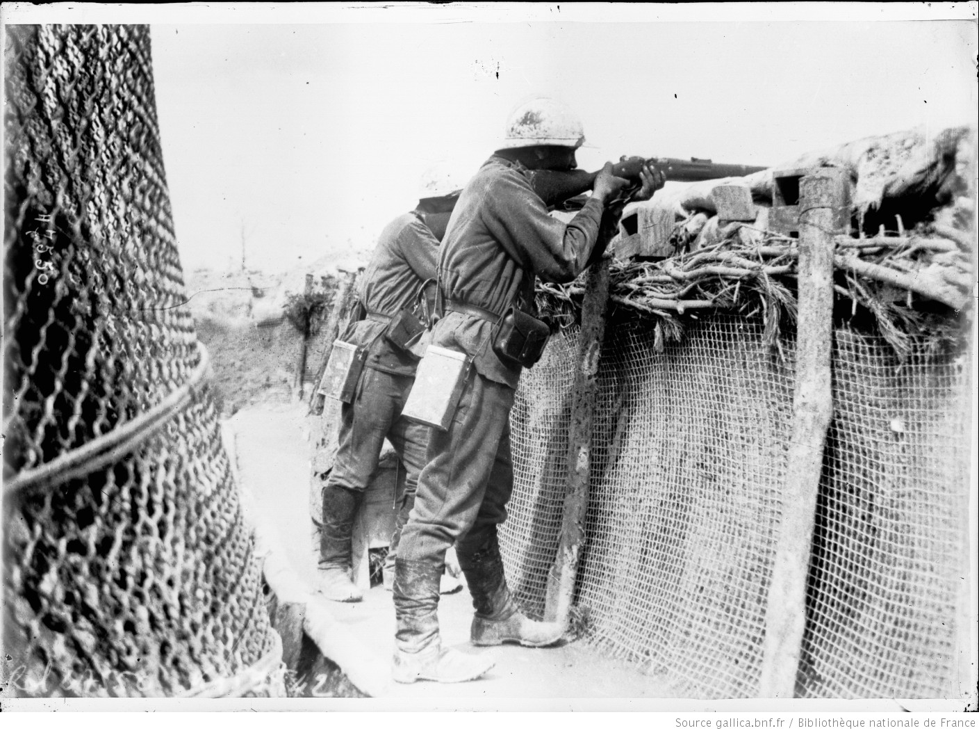 A Russian held trench in the French sector near Reims, July 1916. The men are part of the 'Russian Expeditionary Corps'. #WW1 #1GM https://t.co/7qhQbOXlVy