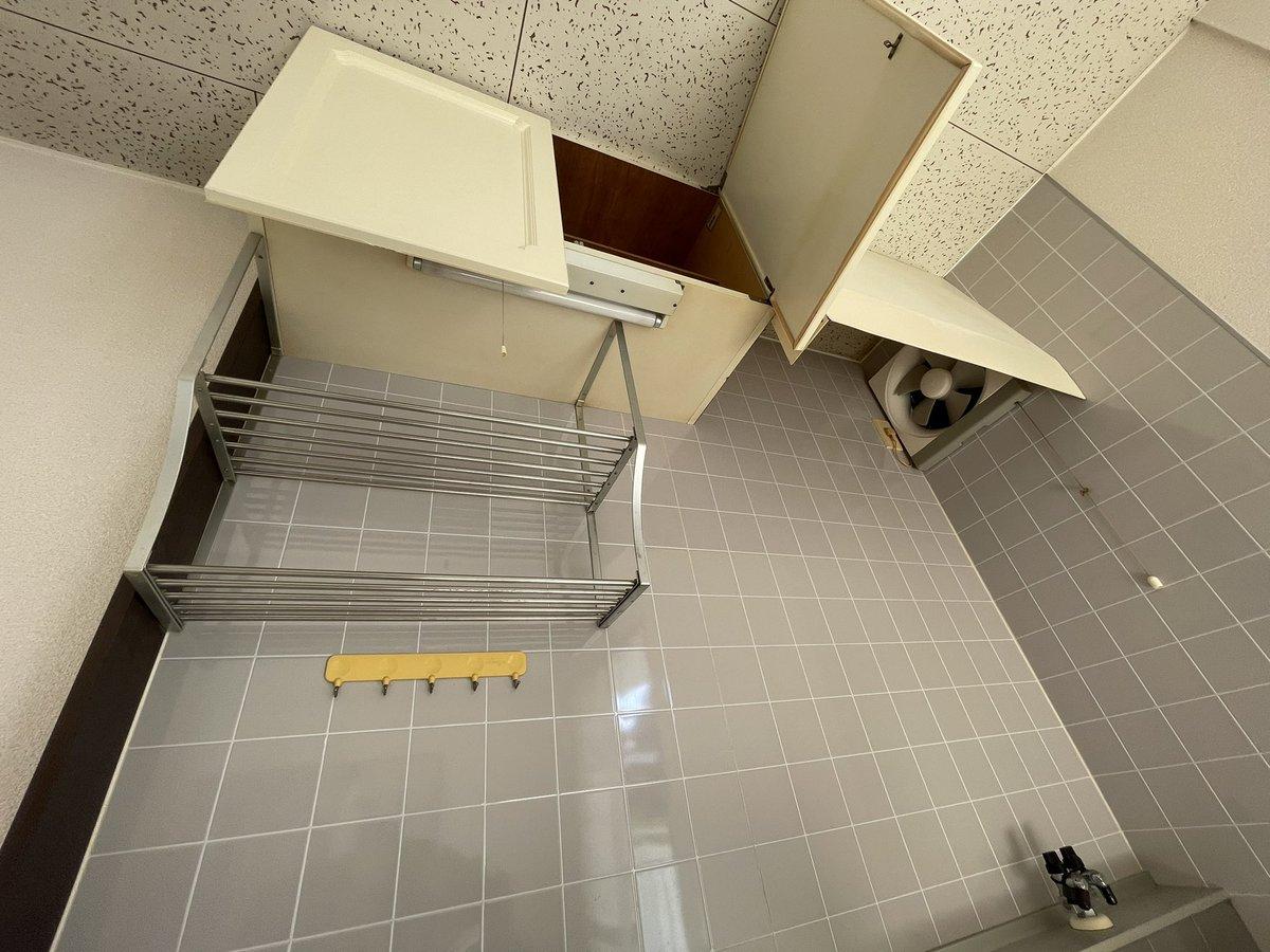 test ツイッターメディア - キッチンなぁ〜、実家がコンロ前に壁掛けでフライパンとか吊るしてるからそうしたいんだけど、取っ掛りが何も無いしディアウォールとかの突っ張るのにも直で天井だし端は換気扇がちょっと邪魔だし、どうしよっかなぁ〜〜めちゃ悩む https://t.co/e7yUuvg2u1