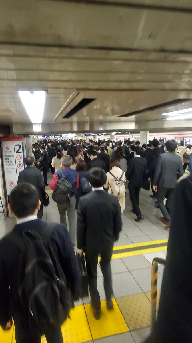test ツイッターメディア - 4/6 AM8:00すぎ。地下鉄丸ノ内線新宿駅。過密状態。飲食店よりこんなのを放置してたくさんの人間が毎日行き来してるんだから、経路不明に決まってんじゃん。 https://t.co/5rsxtEtl8W