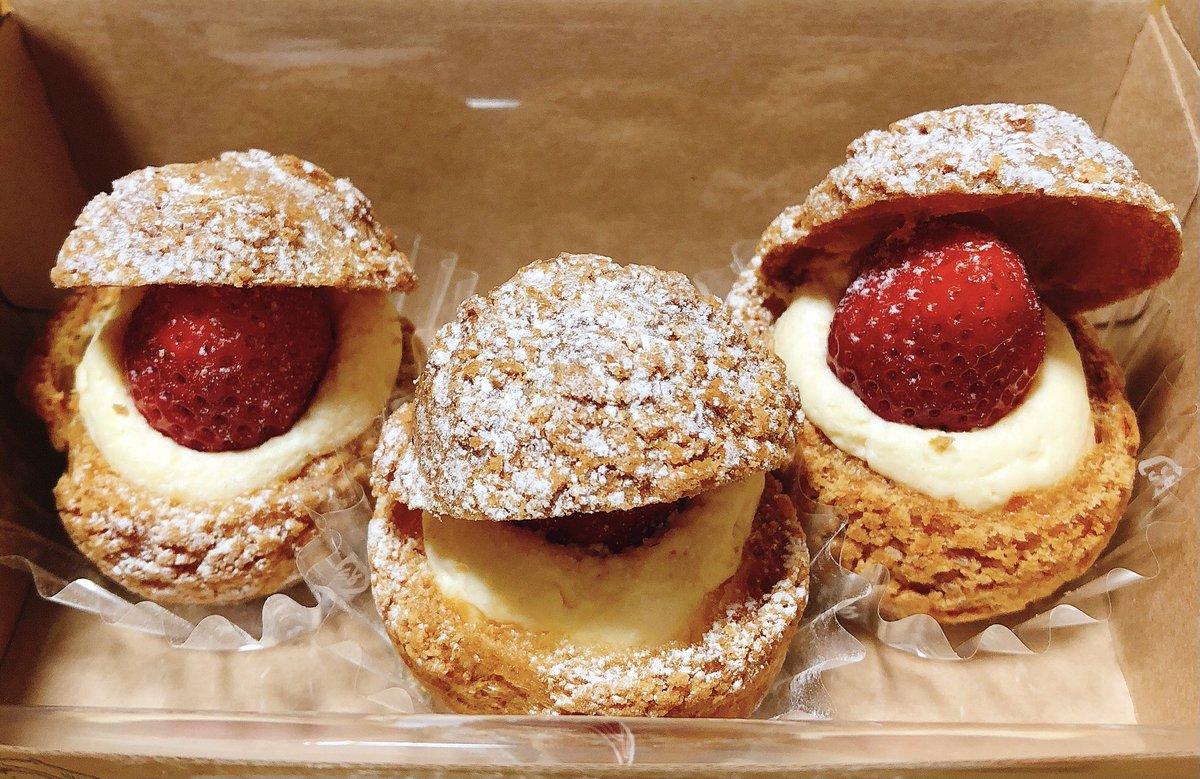 test ツイッターメディア - 阪神百貨店おやつ少年腰前さんのツイートにあった、アンファンさんの一粒苺のクッキーシュー🍓。イチゴ酸っぱく無いし、シューはサクサクでクリームも甘ったるくないし、バランスの良いシュークリームでした♪美味しかった〜♪ヽ(。>▽<。)ノ #阪神百貨店 https://t.co/ryBrBzGxPX