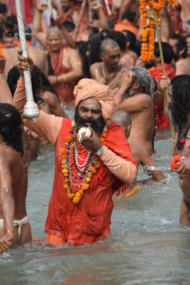 Thousands of devotees, some of them without masks, gathered by the river Ganges in Uttarakhand's Haridwar for prayers during the #KumbhMela2021