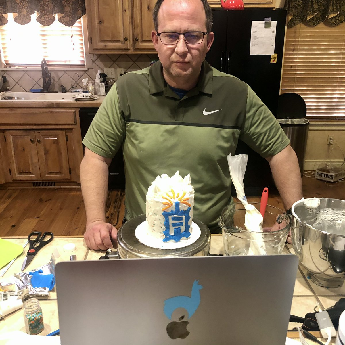 pebisch: #shippingcakes @ShipperHQ @ShipStation Fun hangout e-commerce friends before #AdobeSummit @classyllama #nailedit https://t.co/XAE4FPaAWr