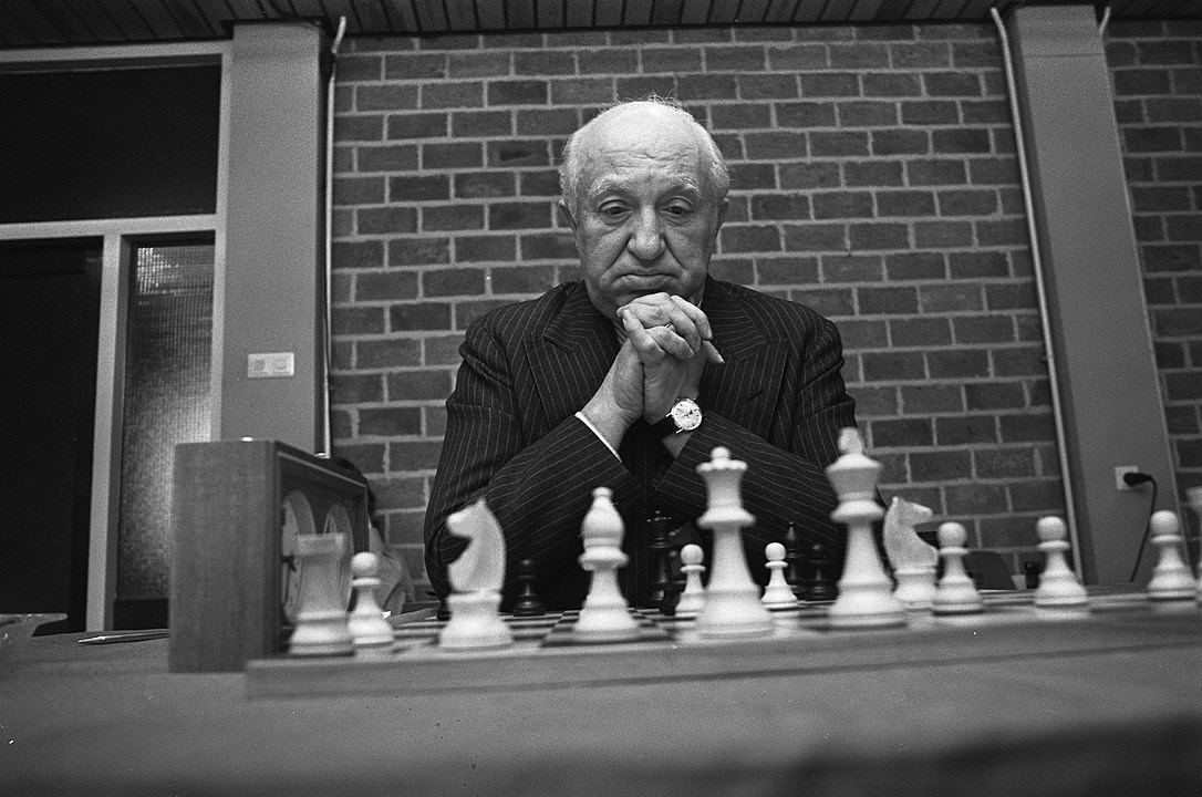 test Twitter Media - Today marks 111 years since the birthday of Polish-Argentinian GM Miguel Najdorf, one of the top players in the 1940s & 1950s.  Not many chess players have openings named after them, yet the Najdorf Variation in the Sicilian Defence is relevant to this day.  📷Bert Verhoeff/Anefo https://t.co/1iGJGHf7qQ