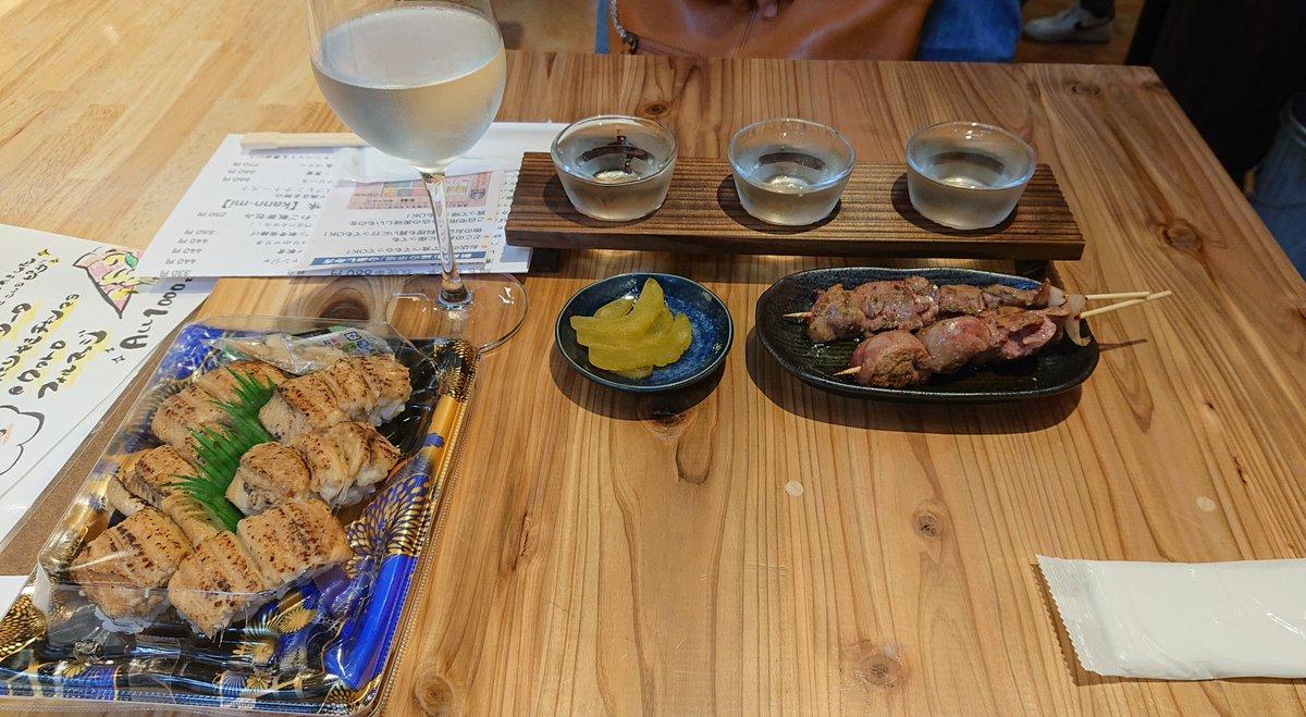 test ツイッターメディア - 鳥栖・道の市場でランチという名の居酒屋メニュー。穴子寿司と久しぶりの焼き鳥が美味しかった(一本目のレバー)。ハンドルキーパーのため、妻にお願いした日本酒吟味は、大那の純米吟醸と飲み比べセット(陸奥八仙、ポルチーニ、ヨコヤマsilver)。#日本酒 https://t.co/95HOxqjMnI