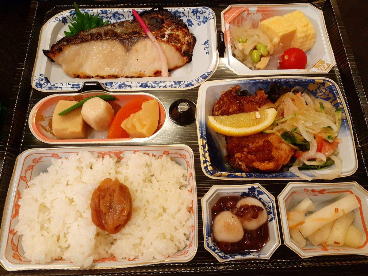 test ツイッターメディア - 今日はソファを見に行って、本革の電動リクライニングのいいヤツ……しかもデザインも好きなのを買ってきたので大っきな気持ちになり、お弁当のテイクアウトです。色んなおかずが食べられて嬉しい💕🍱日本酒は千歳鶴 純米吟醸 TONOTO。終息を願って。 ソファが届くのは3ヶ月後です✨✨ https://t.co/vheifko9sJ