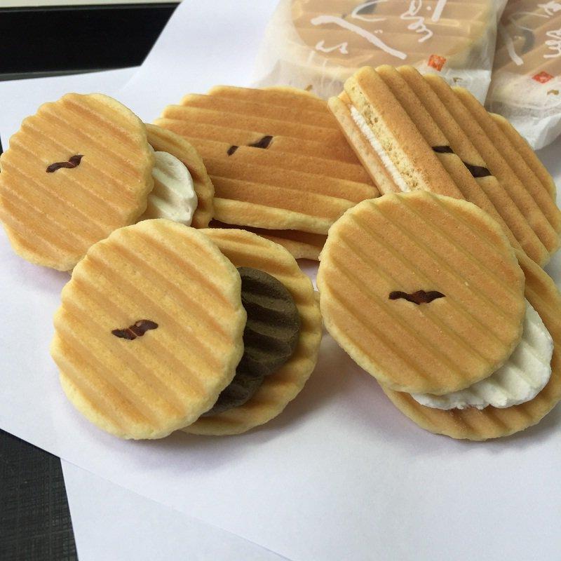 test ツイッターメディア - @neto_uyoko @daisuke_judobjj 古都の風情と伝統ある京菓子の鼓月の銘菓「千寿せんべい」は、調理器具を菓子作りに応用し、独自のアイデアで誕生させた商品なの。  和菓子にバターやクリームを使うことを積極的に採り入れ、好評を博した「華」という商品も有名なの。  可愛いウヨ子ちゃんには、一回り小さい姫千寿せんべいね。w😍 https://t.co/8fUw5nAOwm