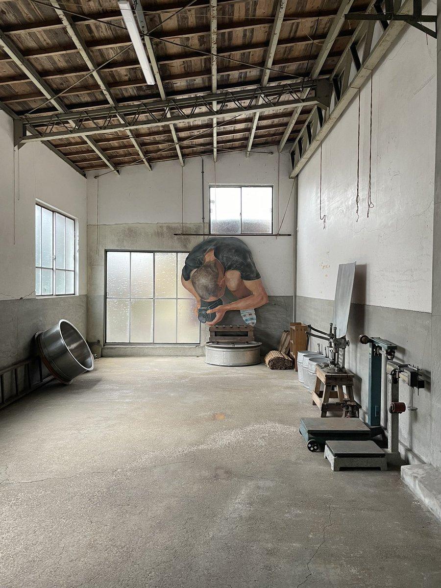 test ツイッターメディア - 隣町の八木酒造へ田中秀介さんの個展を見にいってきた。矩形のキャンバスを使わないことで絵画がその場の「もの」に成り得る。酒造にあった「もの」とのバランスがパーフェクトすぎて…新しい絵画体験でした。震えた。 https://t.co/BQPvbrddlY