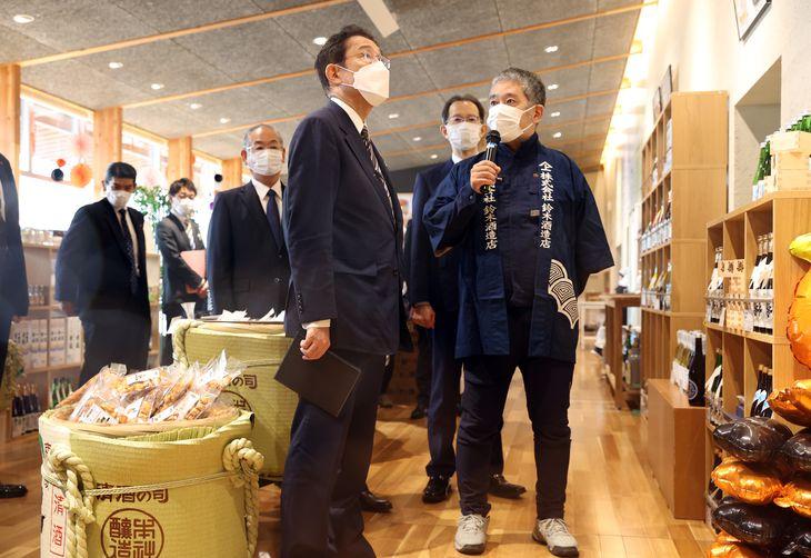 test ツイッターメディア - 17日、浪江町の東日本大震災慰霊碑に献花した岸田首相は、その後、「道の駅なみえ」を訪問。10年ぶりに浪江町で酒造りを再開した鈴木酒造店の鈴木大介さんに話を聞くなどした。大熊町では、イチゴ栽培施設「ネクサスファームおおくま」を視察し、イチゴを試食した。https://t.co/9QhXmUjvui #福島 https://t.co/rk7C2Qxibs