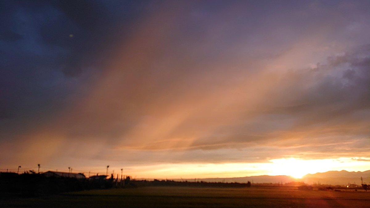 test ツイッターメディア - @polano1718 #カコの朝焼け #日の出  🌄 🌝✨🧡  2020年7月の撮影です‼️  令和3年10月18日 ( 月 )   今日は旧暦9月13日 十三夜ですね🌔✨  皆さま☘️おはようございます🎶 朝 寒くなかったですか? お体にお気をつけて 良い一日を♥  写真は  八甲田の山並みからの日の出です 素晴らしい朝の風景でした https://t.co/MSilrLDx1F