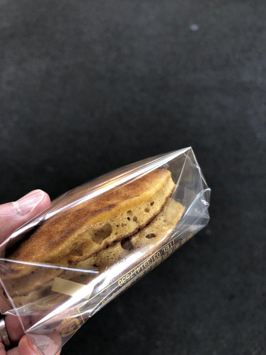 test ツイッターメディア - 東京三大どら焼きと呼ばれる東十条「草月」のどら焼き「黒松」!!  行列に引いて買えなかったが今日 意を決して並びました!  約40分並んで買ったどら焼きはふわふわで生地にもコクがあり粒あんも凄く美味しい!  機会があればまたかいたいな〜 https://t.co/z679p5fHr8