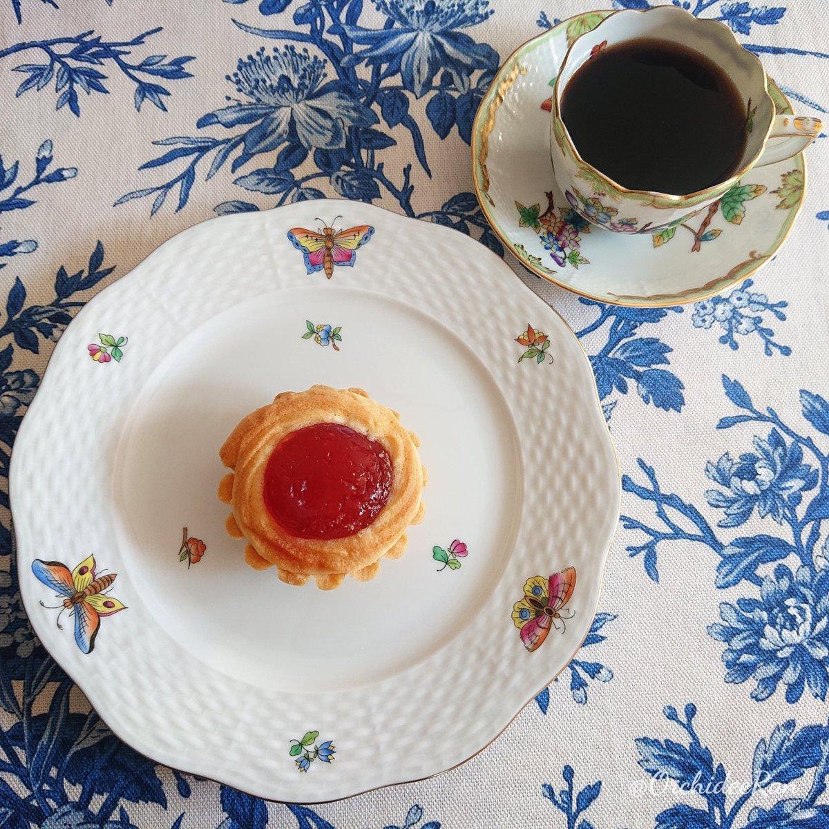 test ツイッターメディア - ヴィクトリアを愉しむ #おうちカフェ   ❥お菓子 銀座ウエスト「ヴィクトリア」  ウエストのドライケーキの中で一番好き💕  さくっほろっな生地とイチゴジャムが美味  ❥カップ&プレート ヘレンド ヴィクトリアシリーズ  #木漏れ日のお茶会 #銀座ウエスト https://t.co/IdHKYpIN9O