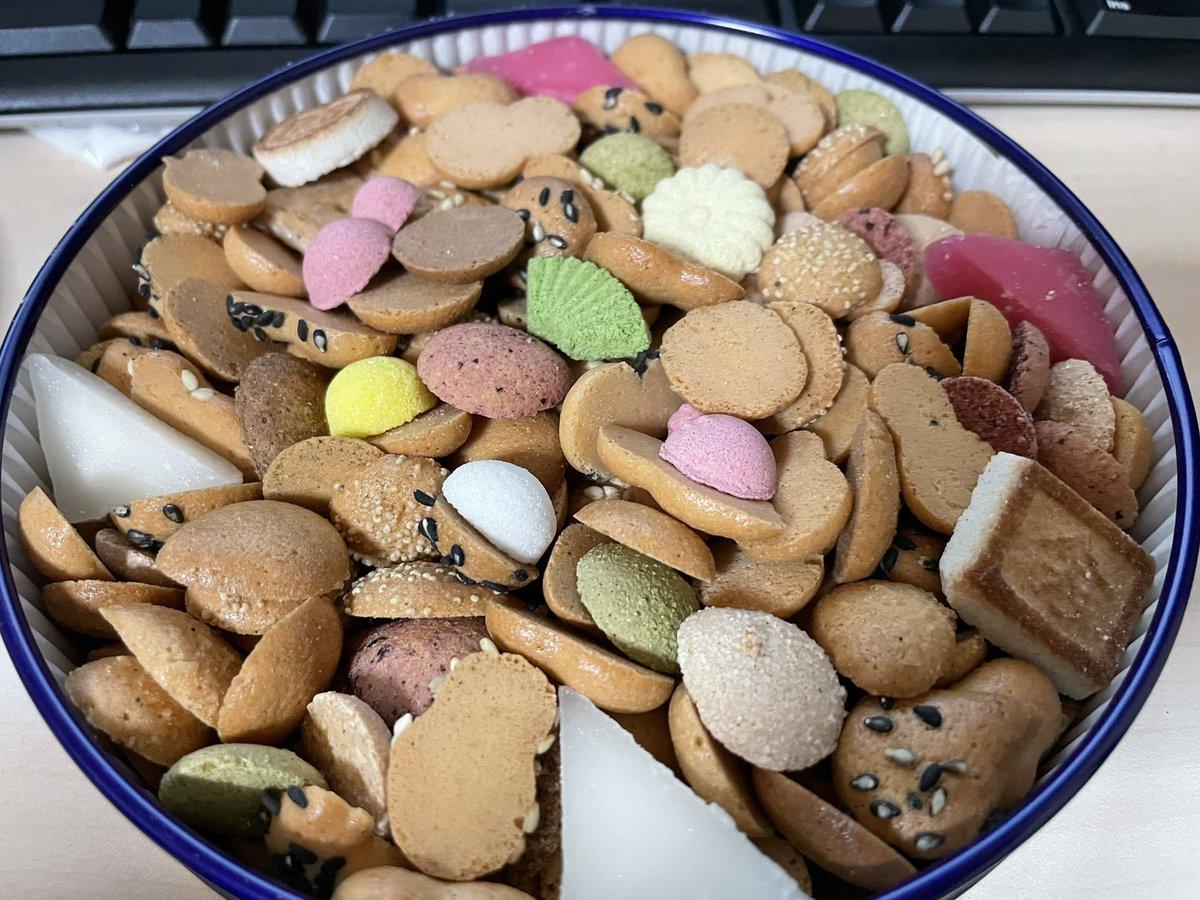 test ツイッターメディア - 阪急でたまに買う、銀座菊廼舎の冨貴寄ヽ(*^ω^*)ノ 小さい和の焼き菓子と干菓子がたくさん詰まってて、見てテンション上がるし、食べて美味しい♡ 缶も可愛いんだよねー! https://t.co/QCllTd0JwA
