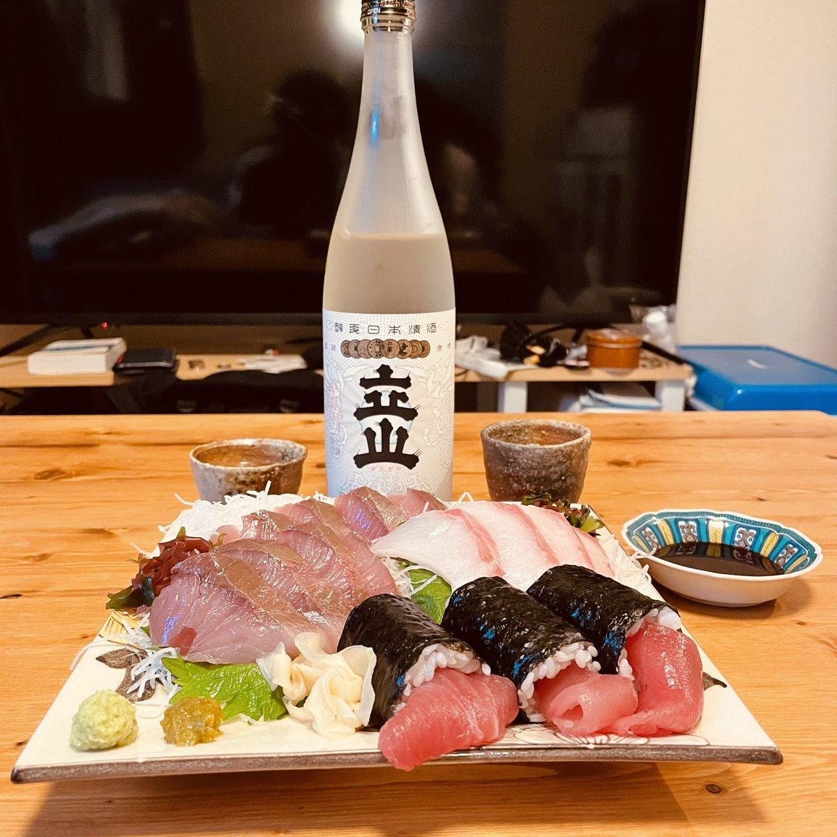 test ツイッターメディア - お昼ご飯とも夕ご飯とも分からぬ時間に始まった何か。 なんか起きたり寝たりよく分からないそんな惰眠を貪った僕たちの土曜日のスタート。 日本酒は「今日もよろしくな」と肝臓に話しかける。 肝臓は「まじかー」と答える。 #おうちごはん #日本酒 #立山 https://t.co/bFC9XnbW7h
