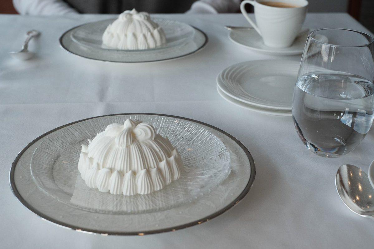 test ツイッターメディア - 先月リニューアルオープンしたばかりの銀座スカイラウンジで東京會舘のマロンシャンテリーを。純白のテーブルコーディネートが純白のケーキを一層引き立てて清楚な佇まい。平日の昼下がりに有楽町の景色をひとり占めできて優雅なひとときだった https://t.co/ECjey8ZiFh