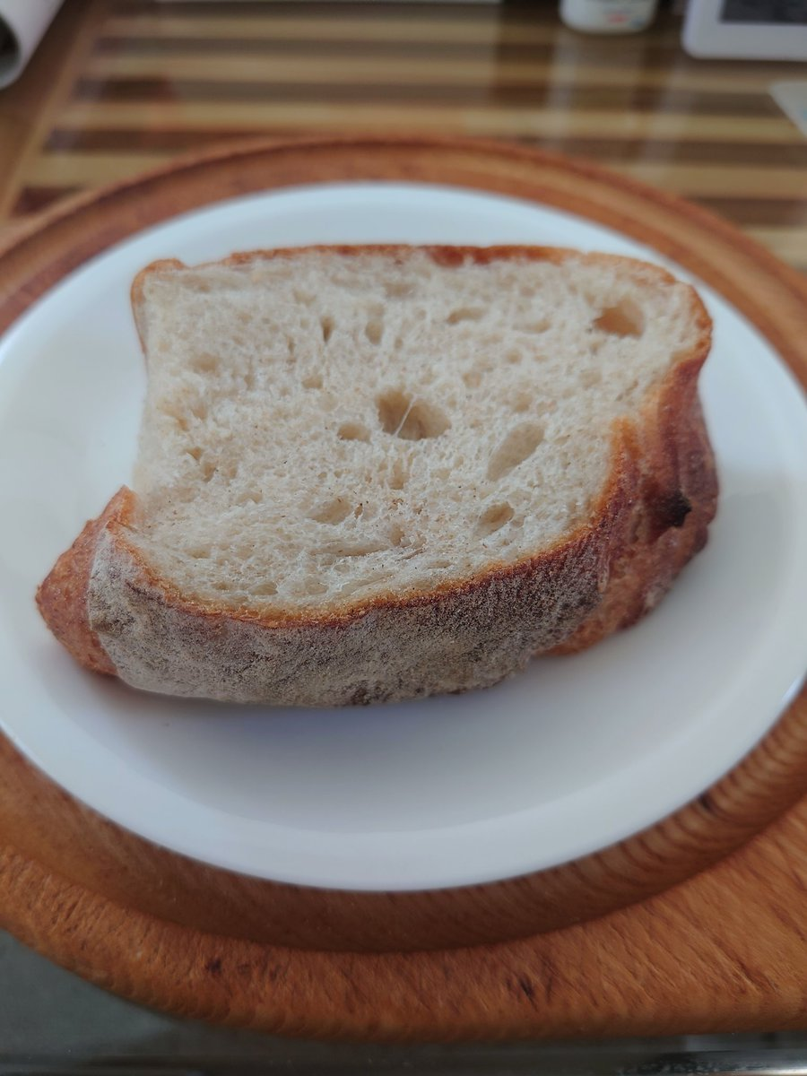 test ツイッターメディア - #タクパン #都立大学駅 八雲もちで有名な「ちもと」さんの一本裏に入ったあたりにあるお店。 モチモチしっとり白パン生地が多い。甘い物も惣菜パンも具はタップリ。パンプキンクリーム👍 しっとり小麦風味が👍なカンパーニュもおすすめ!(写真はセルフカットの一切れ)ハーフでもかなりビッグです https://t.co/JoCWeLOAkM