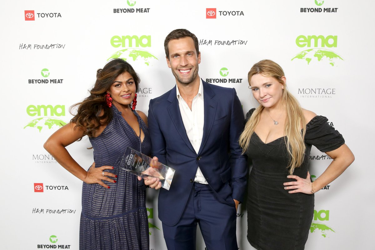 Another couple of photos of Mr @pedroandradetv from Saturday night's #EMAAwards Thanks again to @green4EMA for the Documentary Series award!  #UnknownAmazon @VICETV https://t.co/P9vTo8YbBC