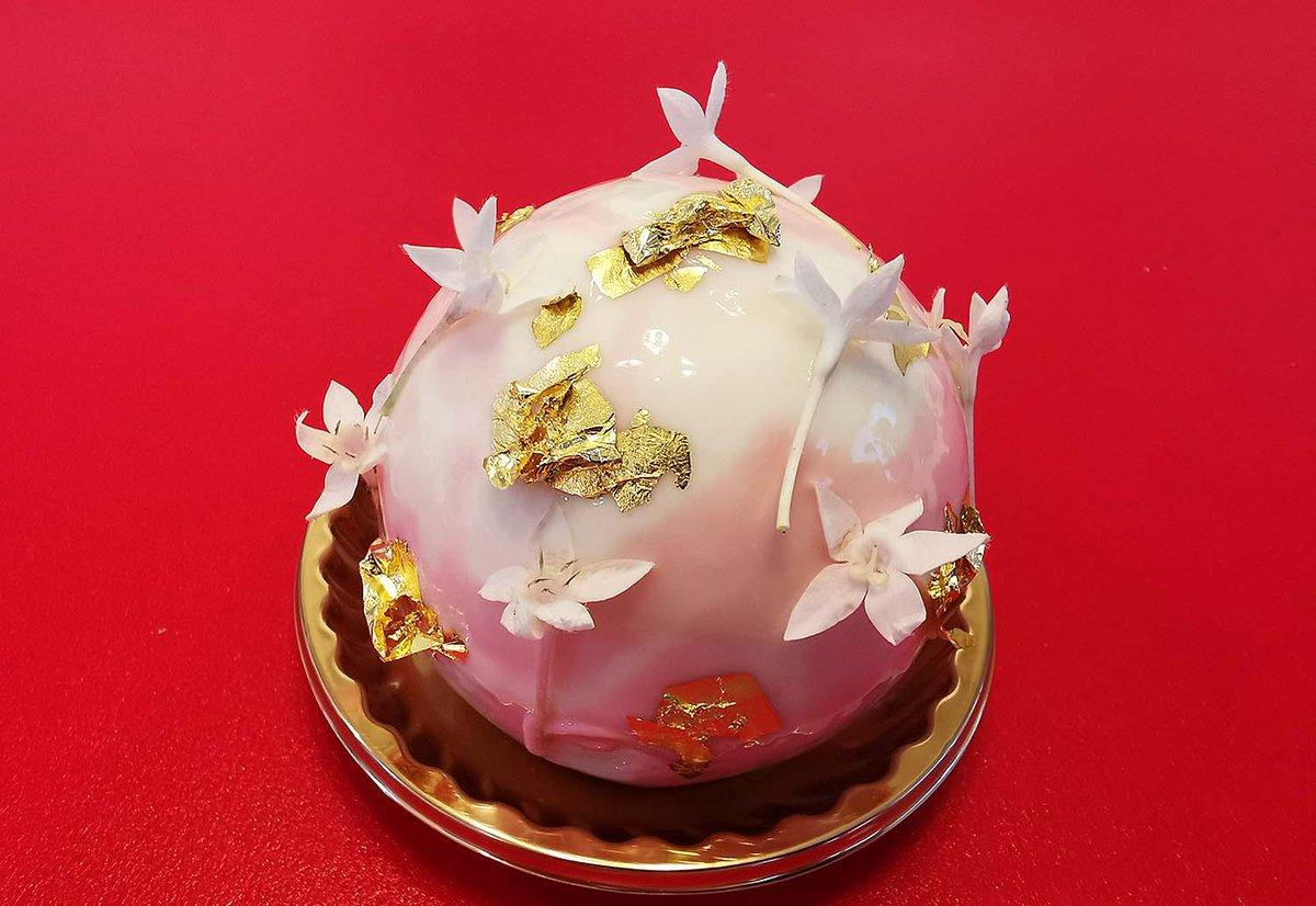 test ツイッターメディア - ヴィクトリア(帝国ホテル・ガルガンチュワ) 大きな宝石のように美しいケーキです。アーモンド風味の生地、フランボワーズコンフィチュール、バタークリームを重ね、レモンクリームで包み、ホワイトチョコレートのグラッサージュで仕上げられています。 #ヴィクトリア #帝国ホテル #ガルガンチュワ https://t.co/KIhIt2PI7l