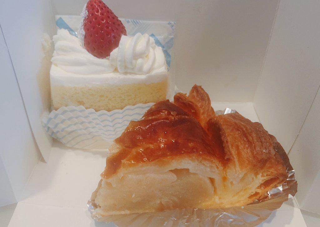 test ツイッターメディア - 淡路町駅近くにある 近江屋洋菓子店 さんってアップルパイの有名なお店で、先日初めて食べたんだけど、リンゴの重厚感で勝負してる、めっちゃ好みのアップルパイだった🍎  この日はめでたい日だったのでショートケーキも購入した https://t.co/EbEcc6ztWM