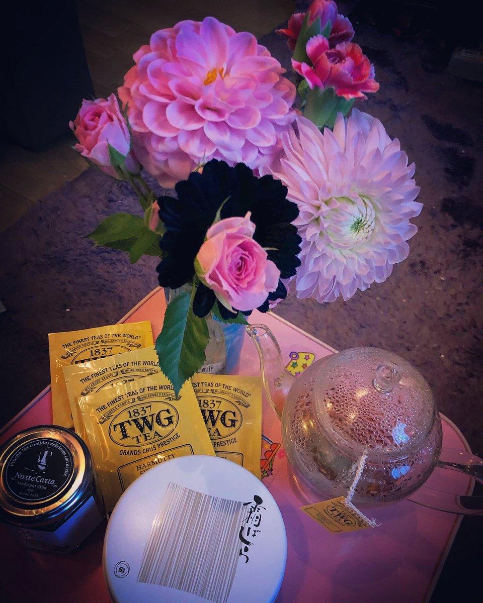 test ツイッターメディア - 今日はえりぴこさんがお家に遊びに来てくれて、展示祝いのお花などをいただきました…嬉しい…❤️ 地元土産の仙台の「霜ばしら」という敷き詰められた落雁粉に入ってる飴が繊細な甘さですごくおいしい… 久々に友達とゆっくり過ごせて楽しかった〜✨✨✨ https://t.co/zs7oSkxC3Y