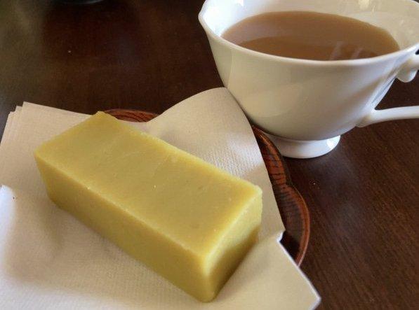 test ツイッターメディア - 本日のお茶請けは舟和の芋ようかん! 和菓子には緑茶…と思いきやキリッとしたダージリンも合うのでオススメです☺️  🌱さらに紅茶に合うレシピをご紹介🌱 フライパンにバターやマーガリンをひき、 お好みの焼き目が付くまで芋羊羹を焼くと… コクのある洋風なお味になるんです! アイスを添えても🙆♀️ https://t.co/QlUbxzrzpc