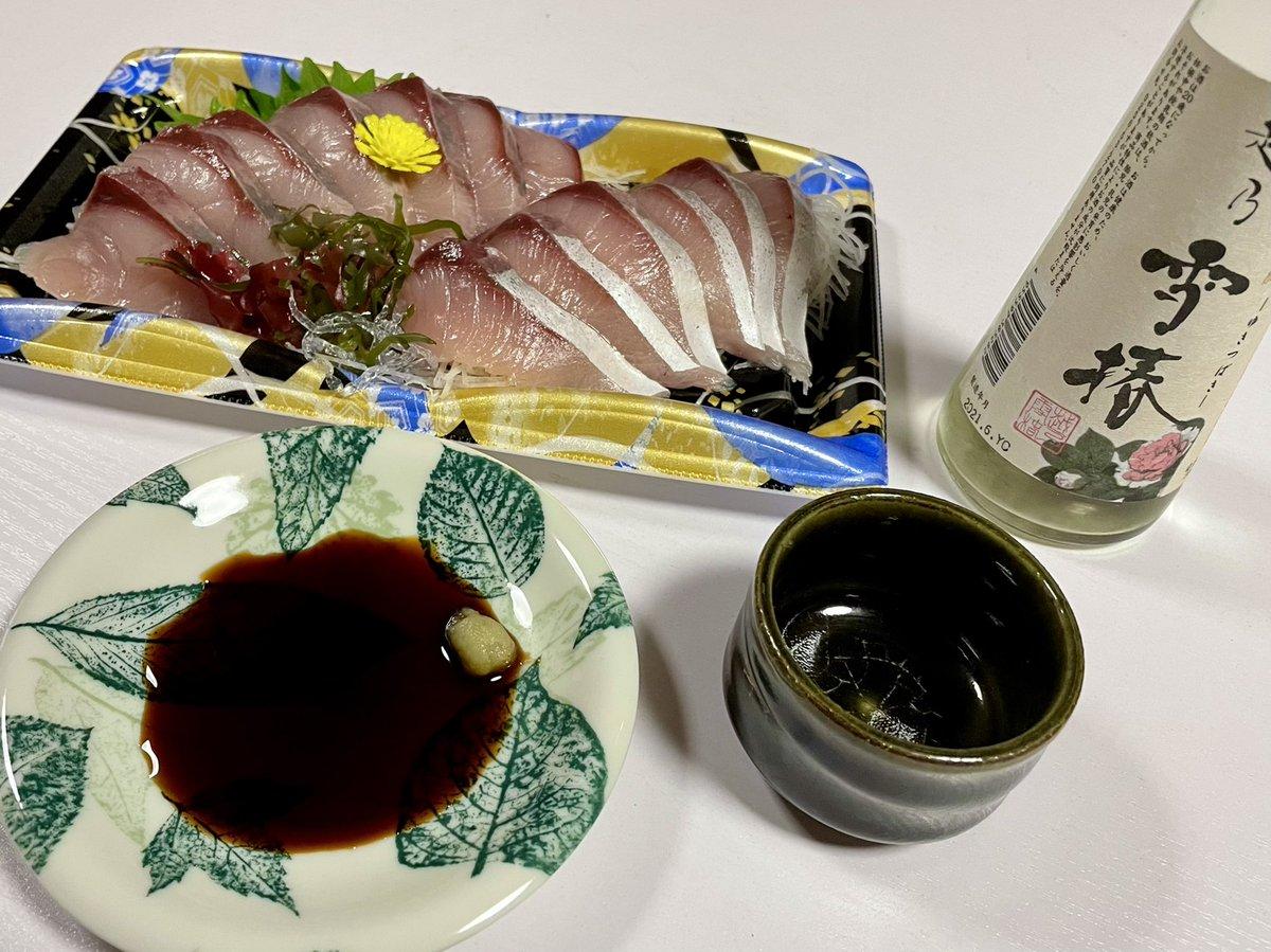test ツイッターメディア - 今日は在庫の日本酒をいただきます😊 ハマチのお刺身と雪椿❗️ スッキリしてて美味しく すっごく飲みやすい日本酒❗️ 美味しくいただきました😆 https://t.co/X14pjZoCdz