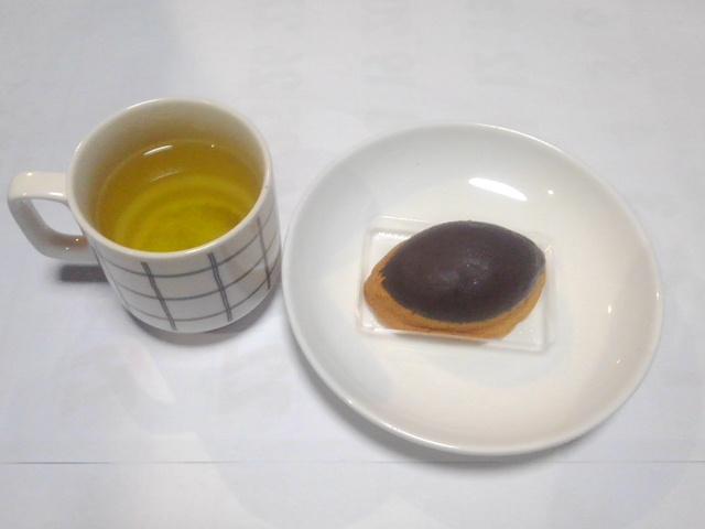 test ツイッターメディア - 本日、午前は自宅にてデスクワーク。 午前のフクイツ、今日の怖いモノは横浜銘菓・ありあけでも珍しい「生クリーム㏌ハーバー」。 もちろん、シブ~いお茶🍵が一杯怖い。 https://t.co/1lkB7TeelR