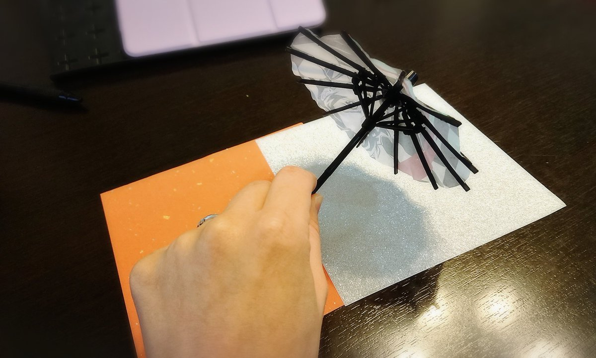 test ツイッターメディア - 張替えて天官賜福風傘を自作してやろうかなと…☂︎(¯v¯) デザインは赤の和紙に銀の🦋にしたい…🦋は切り絵してみるか🤔できる…か…🤔? https://t.co/fUG7MR9I1S
