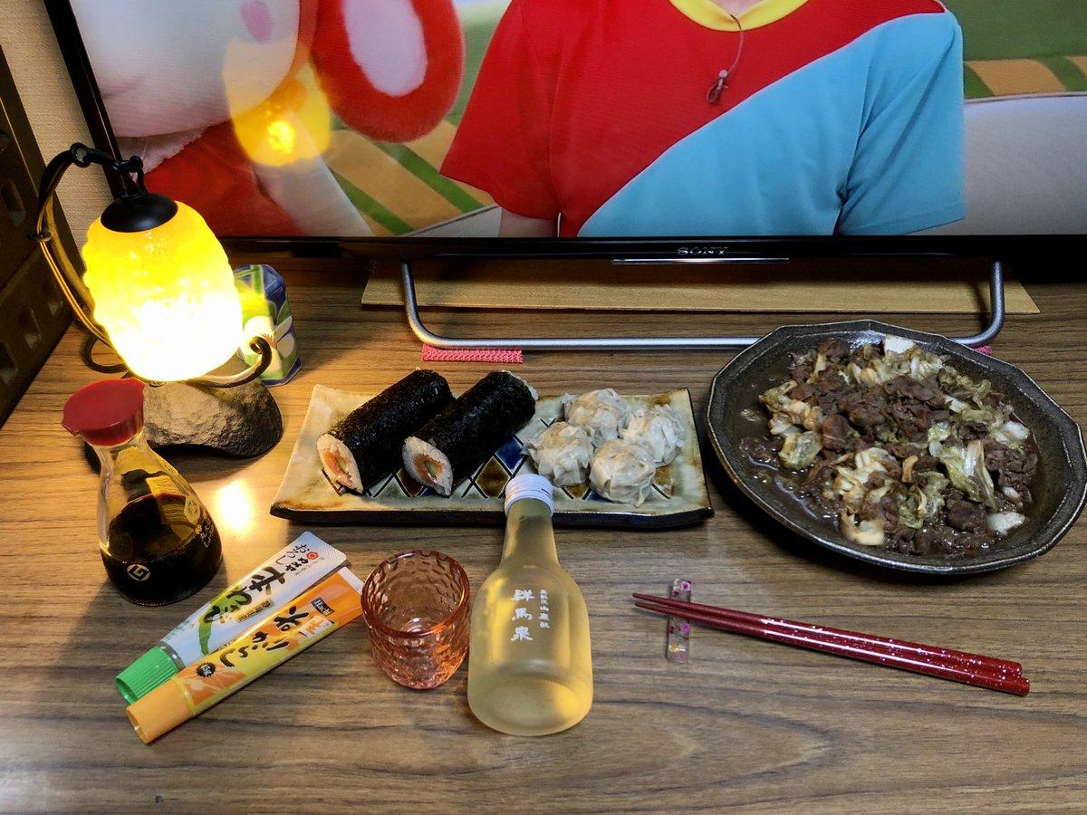 test ツイッターメディア - 夕飯の支度が整いました🙆🏻 今夜はサーモン巻き、シウマイ、手製の牛肉とキャベツのごま油炒めを頂きながら、島岡酒造 群馬県太田市の地酒 吟醸「群馬泉」でのんびり1杯🍶やります🙋♂️ https://t.co/8CgdBdiArL