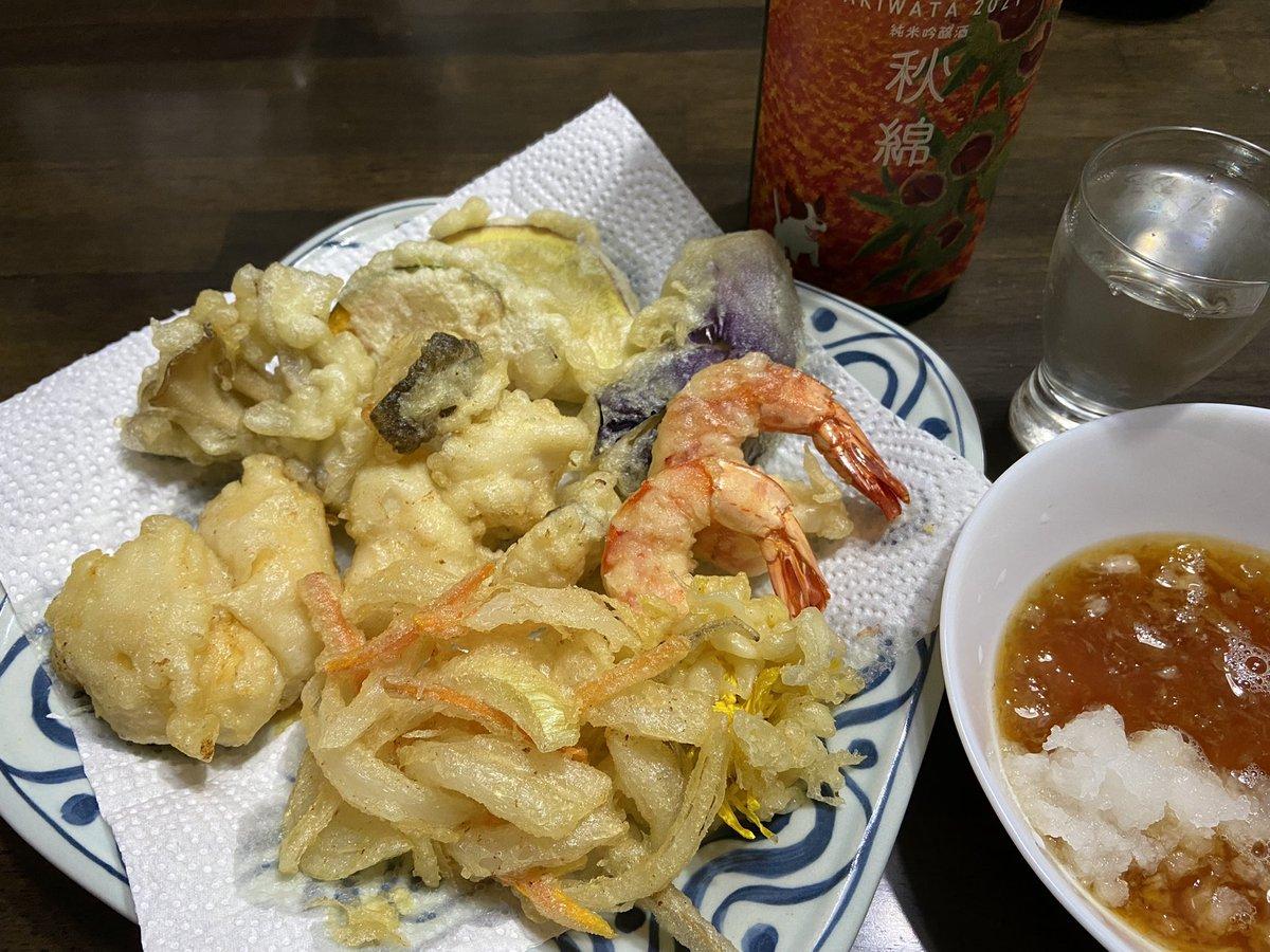 test ツイッターメディア - 日本酒には、豚カツや鳥唐揚げではなく、天ぷらが良いかなーって、久しぶりに揚げてみたよ🎶  ホヤ、エビ、タラ、菊の花、舞茸、茄子、インゲン、さつま芋、南瓜、かき揚げ*\(^o^)/*  ホヤと菊の花は初チャレンジ  この酒、天ぷらに合うなー☺️ https://t.co/2u6OmebJot https://t.co/aYdTb0oGc3