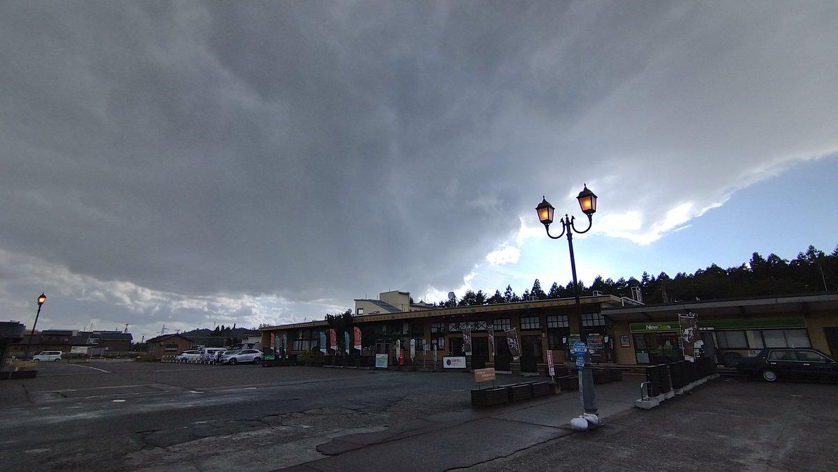 test ツイッターメディア - まずは腹ごしらえ。 村上駅前の石田屋さんで鮭尽くしのみおもて定食に〆張鶴、贅沢なランチです……  外出たら雨降ってた。しかもこれ確実にここだけ降ってるやつ(´・ω・`) https://t.co/EKHREz0aDO