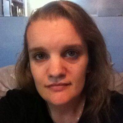 Pauline (I❤♫)   Social Profile