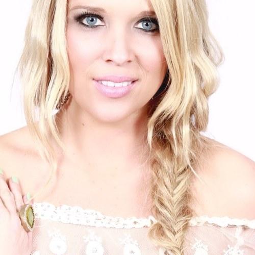 Kellie Lynne Social Profile