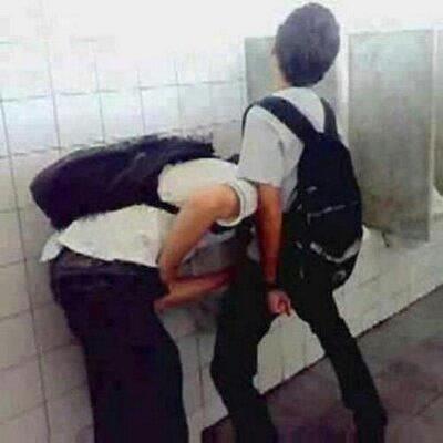 Порно Геев Школьников В Туалете