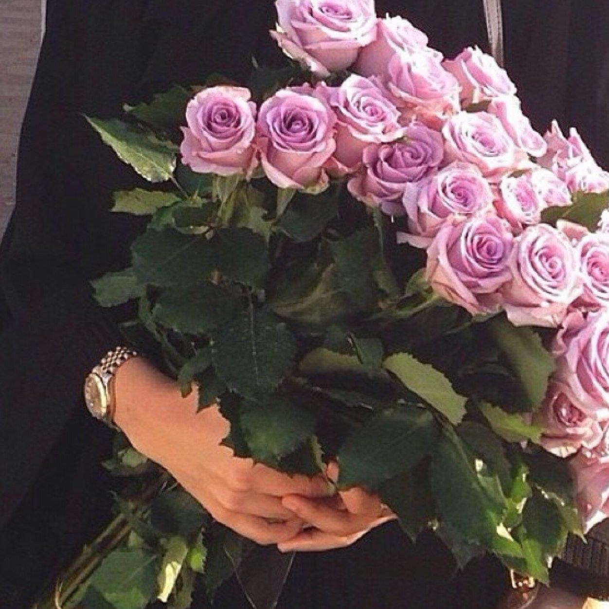 Девушка в руках цветы