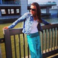 Laura R | Social Profile