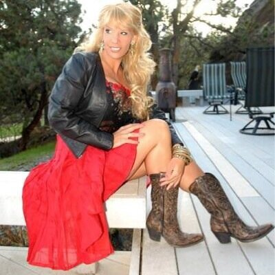 Lindi Lauren   Social Profile