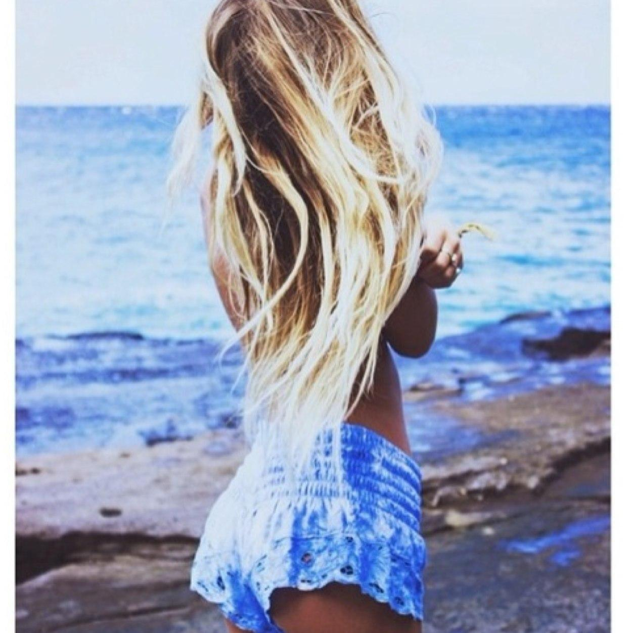 Девушки блондинка фото на пляже со спины