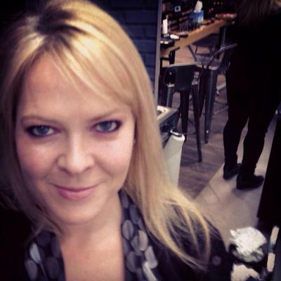 laurie perry | Social Profile