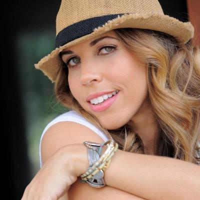 Lisette Bustamante | Social Profile