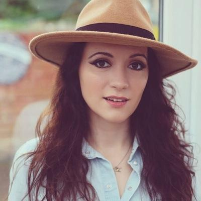 Kristyna Myles | Social Profile