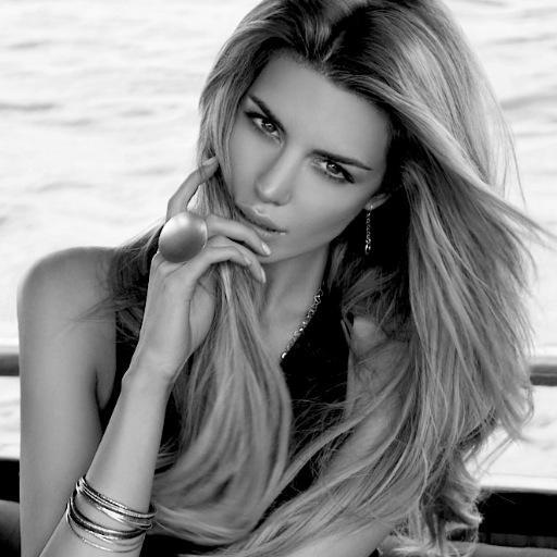 Elle Liberachi Social Profile