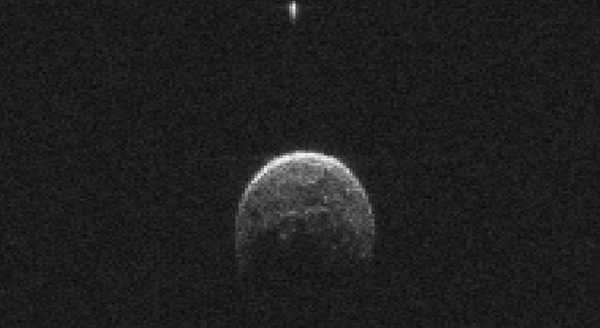 Radar data of passing asteroid 2004 BL86 reveals the asteroid has a tiny moon. http://t.co/RPV6pdzgHL http://t.co/2jKpfyDQsx